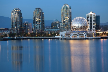 Vancouver, British Columbia, Canada - May 23, 2008:  View of Vancouver's Science World at Telus World of Science and skyline looking across False Creek at dusk.  The Telus World of Science building was originally built for the 1986 World Exposition on Tra 新聞圖片