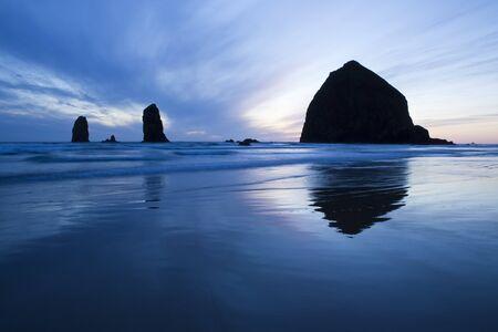 Haystack Rock at sunset, Cannon Beach, Oregon Foto de archivo