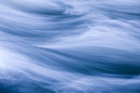 Rauschende Wasser in einem Fluss, blau getönten Standard-Bild - 10871452