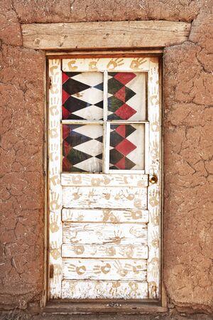 Porte décorée et Adobe bâtiment, Taos Pueblo Banque d'images - 11652432