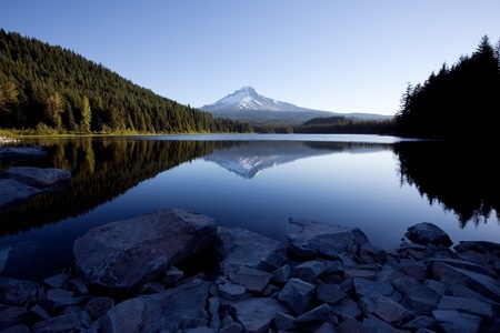 mount hood national forest: Mount Hood and Trillium Lake in the Mount Hood National Forest Stock Photo