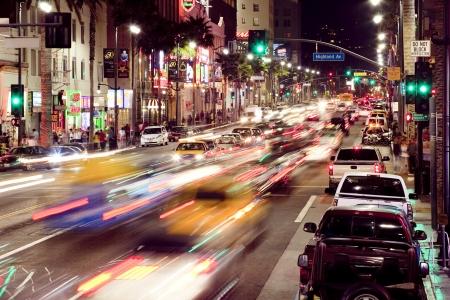 夜にハリウッドとハイランド大通りの角
