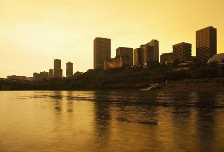 Edmonton, Alberta, Kanada, Skyline Silhouette in der Dämmerung Standard-Bild - 12401348