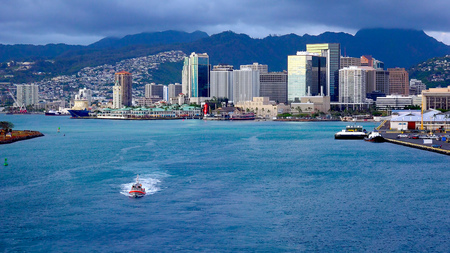 Ansicht der Innenstadt Honolulu vom Deck eines Kreuzfahrtschiffes, wie es Köpfe auf das Meer Standard-Bild - 44247434