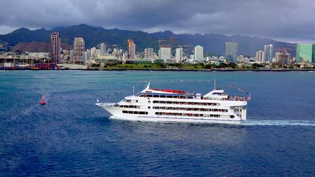 dinner cruise: A sunset dinner cruise ship as it enters Honolulu Harbor on Oahu