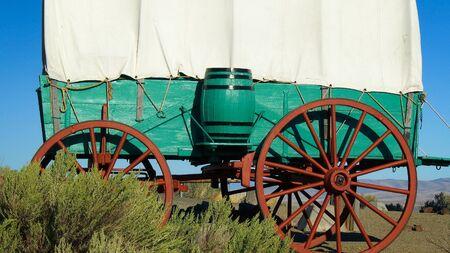 carreta madera: Un carro cubierto se sienta en la pradera a lo largo de la ruta de Oregón, en el este de Oregón Foto de archivo