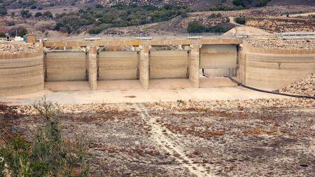 La baisse des niveaux d'eau du lac Cachuma en raison de la grave sécheresse en Californie quittent les écluses de Bradbury Dam haut et sec