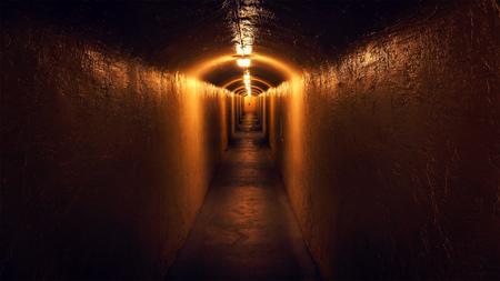 Eine langsame Gleiten nach unten eine geheimnisvolle, schwach beleuchteten Flur Standard-Bild - 54124641