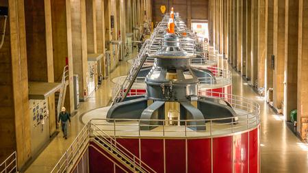 turbina: Un trabajador camina a través de la central eléctrica en la presa Hoover