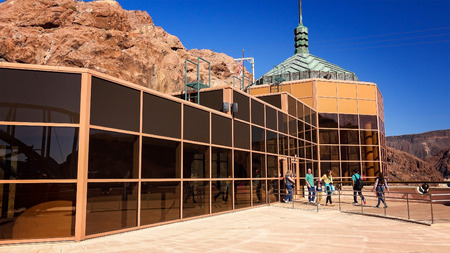 hoover dam: Tourists visit the Hoover Dam visitor center and observation deck