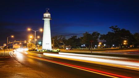 Biloxi vuurtoren als de nacht valt met het passeren van autoverkeer in Mississippi Stockfoto
