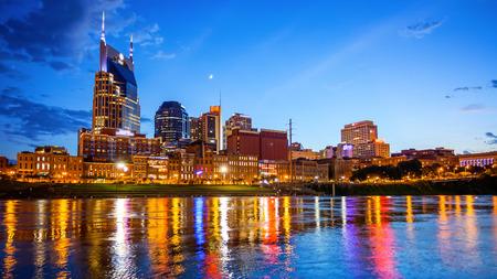 Downtown Nashville, Tennessee Skyline der Stadt über den Cumberland River (Logos verschwommen für die kommerzielle Nutzung) Standard-Bild - 69968523