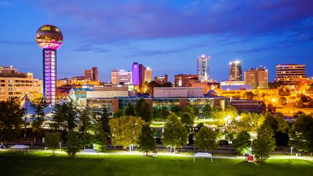 Innenstadt Knoxville, Tennessee Skyline der Stadt und die Lichter der Stadt in der Nacht Standard-Bild - 69968519