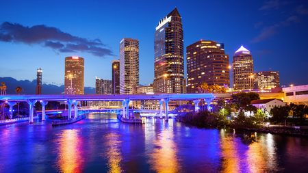 Downtown Tampa, Florida Skyline nuit, logos de construction floue pour un usage commercial Banque d'images