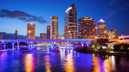 El centro de Tampa, Florida Skyline en la noche, logotipos borrosa de construcción para uso comercial Foto de archivo