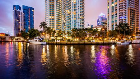Fort Lauderdale-Skyline nachts entlang New-Fluss Standard-Bild - 69968521