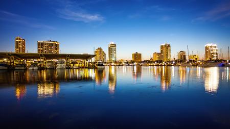 St. Petersburg, Florida Skyline und den Hafen Stadtbild wie die Nacht fällt Standard-Bild - 69968584