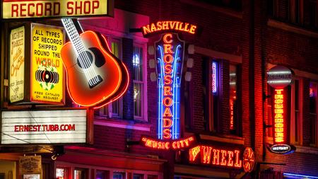 밤에 내슈빌, 테네시의 브로드 웨이 스트리트에있는 네온 표지판 에디토리얼