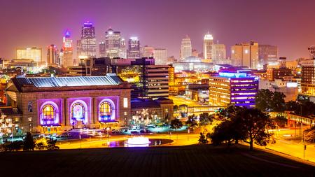カンザスシティ、ミズーリ州のダウンタウンに当たる夜の街並みのスカイライン 報道画像