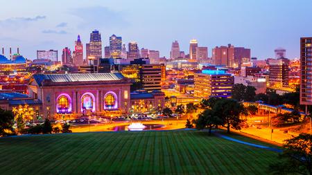 カンザスシティ、ミズーリ州の街並みがダウンタウンに当たるように都市の景観スカイライン (商業目的でぼやけたロゴ) 報道画像