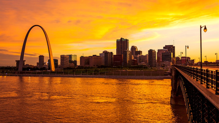St Louis, Missouri cityscape skyline and Gateway Arch as night falls over downtown (logos removed for commercial use) 스톡 콘텐츠