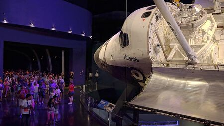 CAPE CANAVERAL, FLORIDA - JUNE 14th: A crowd of visitors view the space shuttle Atlantis at the Kennedy Space Center in Cape Canaveral, Florida on June 14th, 2016. Editoriali