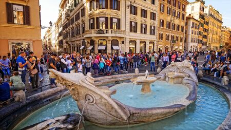 Tourists view water fountain Fontana della Barcaccia at the Piazza di Spagna in Rome, Italy Editoriali