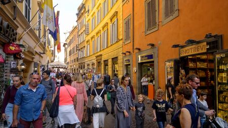 People shopping on the narrow street of Via Delle Muratte in Rome, Italy Editoriali