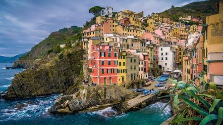 Het kustplaatsje Manarola ligt op de beroemde kliffen van Cinque Terre in La Spezia, Italië