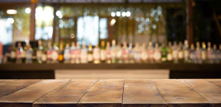 Defokussierter Hintergrund und Flaschen Restaurant-, Bar- oder Cafeteria-Hintergrund. Verwenden Sie für Mock-up-Vorlagen für die handwerkliche Anzeige Ihres Designs, Banner für die Werbung für das Produkt. Standard-Bild