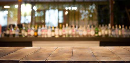 Sfondo sfocato e bottiglie di sfondo ristorante, bar o caffetteria. Utilizzo per il modello Mock up per la visualizzazione artigianale del tuo design, Banner per la pubblicità del prodotto. Archivio Fotografico