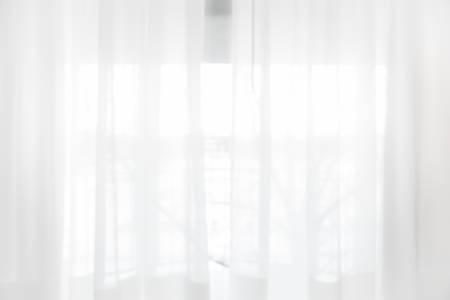 Unscharfes Vorhangfenster und Briefpapierkasten mit Sonnenlicht. Für die Montage von Produktanzeigen oder das Design von Key Visual-Layouts.