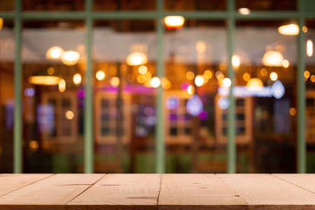 Empty wooden bar counter with defocused background and restaurant, bar or cafeteria background /for your product display Stockfoto