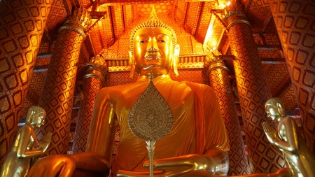 Wat Phanan Choeng - Built by the river in 1324, this ornate temple complex features an enormous, gilded sitting Buddha. Sajtókép