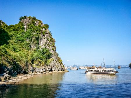 ハロンベイクルーズシーンベトナム東南アジア。非常に多くの主要な観光スポットや地域の関心のポイントの一つ。 写真素材 - 94252518
