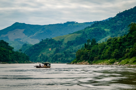 ラオス東南アジアからのメコンデルタの眺め。川、木、山々の素晴らしい景色 写真素材