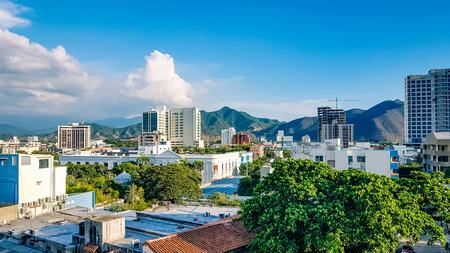 サンタマルタシティスカイラインコロンビア南アメリカ。非常に多くの主要な観光スポットや地域の観光スポットのポイントの一つ。 写真素材 - 95577814
