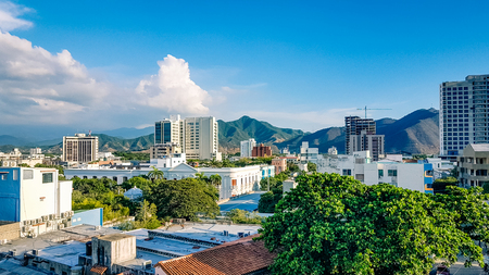 Santa Marta City Skyline Colombia South America. Very much one of the main tourist attractions and points of interest in the area. 版權商用圖片 - 95577814