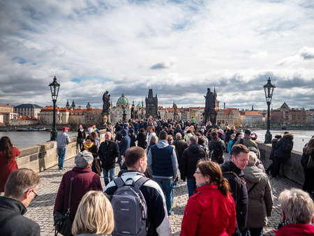Tourists and Visitors crossing the charles bridge 新聞圖片