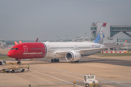 Norwegian 787 aircraft during runway taxi at London Gatwick Airport 報道画像