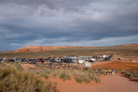 Horseshoe bend car and coach park near page arizona Редакционное