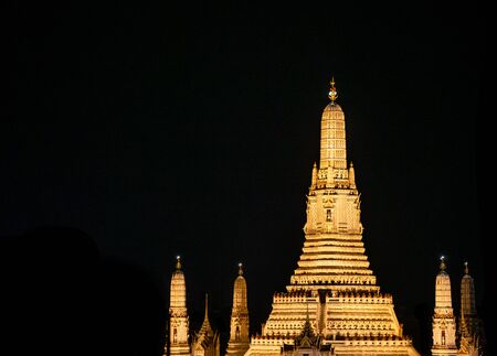 Buddhist Temple Wat Arun Ratchavararam or temple of the dawn monument near the grand palace in bangkok 版權商用圖片