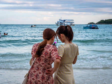 Chinese Tourists posing for photos and selfies on the Thai Island of Koh Samet Thailand Standard-Bild - 128987717