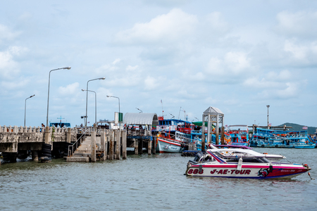 Rayong Dock Passenger Terminal used to get to islands such as Koh Samet Thailand via slow boat and speed boat Standard-Bild - 128987725