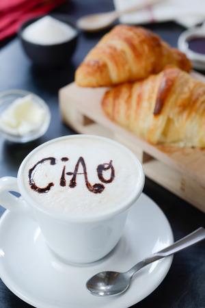 Cappuccino, porcelany e croissant