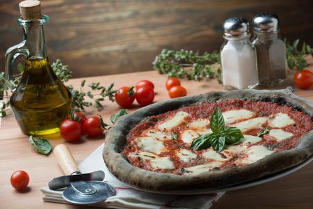 Pizza al carbone vegetale Attivo vista dall'alto Archivio Fotografico - 50204019