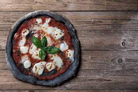 Pizza al carbone vegetale Attivo vista dall'alto Archivio Fotografico - 50203896
