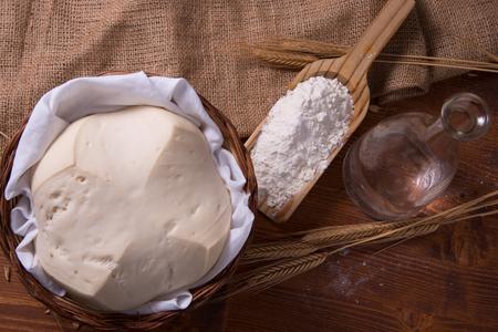 levadura: La levadura madre, levadura natural en composición de bodegón con la harina y el trigo
