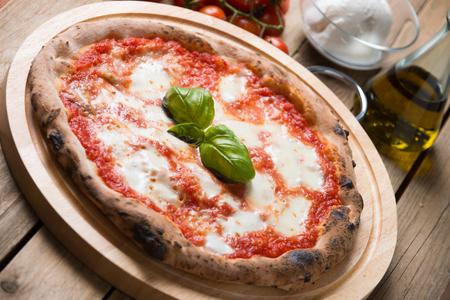Houtoven gebakken Italiaanse pizza margherita