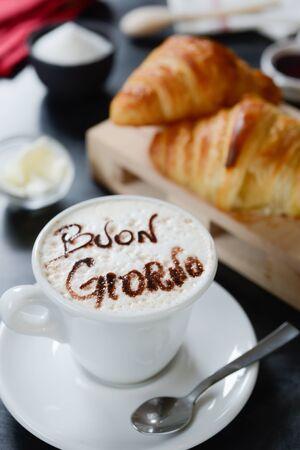 buon: Cappuccino decorato e croissant